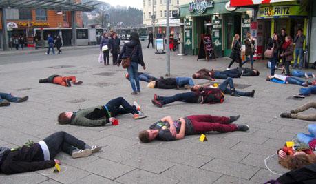 Jugendliche liegen am boden youpax for Boden liegen